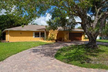 $249,900 Naples 2BA, This gorgeous, charming 3 bedroom home has