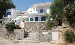 It is 40 square meters piece of paradise which includes a separate bedroom with cupboards along one wall, a separate bathroom anda kitchen/living room area.All windows have fly/mosquito screens including the front door. All windows have shutters on the